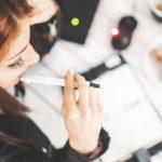 Deep Work - Weiterbildung - Büroarbeit im 21. Jahrhundert - Frau am Schreibtisch